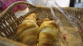 Rieten mand met Frans gebakje die zich op glasvertoning bevinden in de bakkerij, voedselconcept Art Het eigengemaakte gebakje, sl stock video
