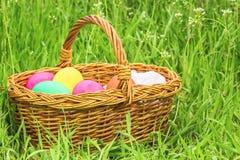 Rieten mand met Pasen geschilderde eieren stock foto's