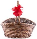 Rieten mand met rood lint Royalty-vrije Stock Foto's
