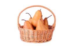 Rieten mand met vers die fruit op een wit wordt geïsoleerd royalty-vrije stock afbeelding