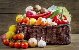 Rieten mand met vruchten en groenten op houten lijst Royalty-vrije Stock Foto