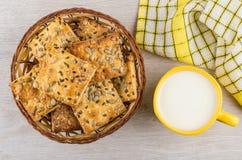 Rieten mand van koekjes met zonnebloemzaden en sesam, melk stock afbeeldingen