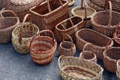 Rieten manden, geweven sandals, Royalty-vrije Stock Afbeelding