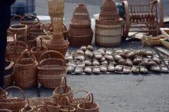 Rieten manden, geweven sandals, Stock Afbeeldingen
