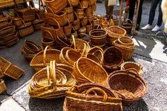 Rieten manden op de stadsmarkt Royalty-vrije Stock Afbeelding