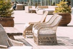 Rieten Meubilair op Balkon in Sunny Day Huis Buiten met Stoelen Royalty-vrije Stock Foto