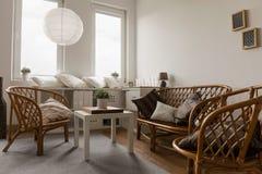 Rieten meubilair in woonkamer stock foto