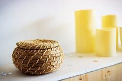 rieten pot in het binnenland en de kaarsen, houten pot Stock Foto