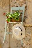 Rieten stoel die aan een muur wordt gehangen Royalty-vrije Stock Foto