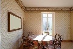 Rieten stoelen en een aardige boekenkast Royalty-vrije Stock Foto's