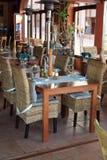 Rieten stoelen en lijst in restaurant Stock Afbeeldingen