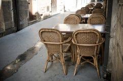 Rieten stoelen en lijsten Stock Foto's