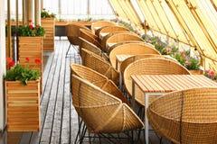 Rieten stoelen en lijsten bij terras Royalty-vrije Stock Foto's