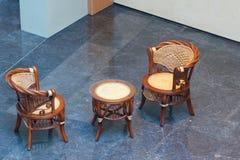 Rieten stoelen en rondetafel Stock Foto