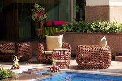 Rieten stoelen naast pool Royalty-vrije Stock Afbeeldingen