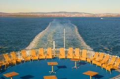 Rieten stoelen op de veerboot Stock Afbeeldingen