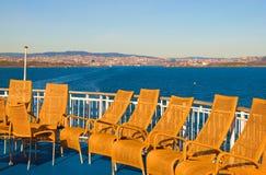 Rieten stoelen op de veerboot Royalty-vrije Stock Foto