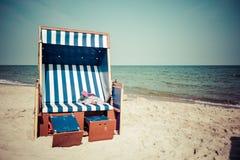 Rieten stoelen op Jurata-strand op zonnige de zomerdag, Hel-schiereiland Royalty-vrije Stock Fotografie