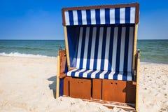 Rieten stoelen op Jurata-strand op zonnige de zomerdag, Hel-schiereiland Royalty-vrije Stock Afbeeldingen