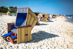 Rieten stoelen op Jurata-strand op zonnige de zomerdag, Hel-schiereiland Stock Afbeelding