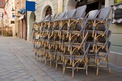 Rieten stoelen - openluchtrestaurant Stock Foto