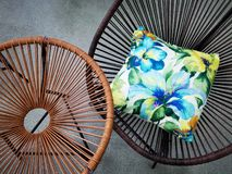 Rieten stoelen verschillend modellen en hoofdkussen stock afbeeldingen
