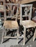 Rieten stoelen voor verkoop in de openluchtantiquiteitenmarkt Stock Foto