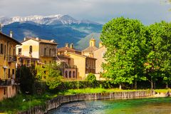 Rieti, cidade de Itália central Fiume Velino com casas antigas e a montanha de Terminillo na parte superior foto de stock royalty free