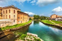 Rieti, cidade de Itália central Fiume Velino com casas antigas e a ponte romana na parte inferior fotografia de stock royalty free