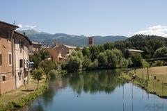 Rieti (Italia) - edificios en el río Imágenes de archivo libres de regalías