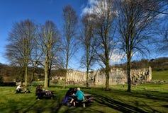 Rievaulx abbotskloster med besökare i förgrund Arkivbilder