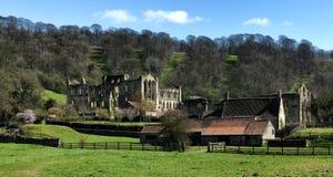 Rievaulx abbotskloster med stall Royaltyfri Fotografi