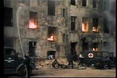 Rievocazione storica degli uomini che estinguono fuoco durante la seconda guerra mondiale stock footage