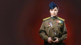 Rievocazione storica dell'esercito dell'Unione Sovietica dalla donna graziosa Immagine Stock Libera da Diritti