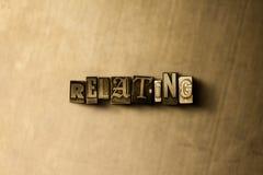 RIFERIMENTO - il primo piano dell'annata grungy ha composto la parola sul contesto del metallo Immagine Stock