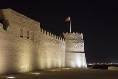 Riffa fort på natten, kungarike av Bahrain Arkivfoton