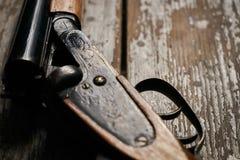 Riffle корокоствольного оружия звероловства на старом деревенском деревянном столе стоковая фотография rf