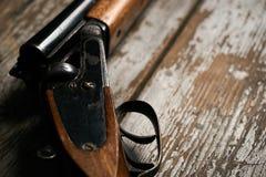 Riffle корокоствольного оружия звероловства на старом деревенском деревянном столе стоковые фотографии rf