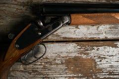 Riffle корокоствольного оружия звероловства на старом деревенском деревянном столе стоковое фото rf