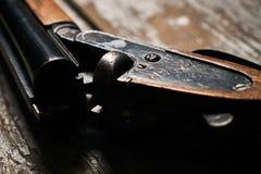 Riffle корокоствольного оружия звероловства на старом деревенском деревянном столе стоковые изображения