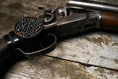 Riffle корокоствольного оружия звероловства на старом деревенском деревянном столе стоковые фото