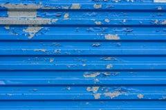 riffled金属表面上的蓝色破裂的绘画 免版税库存图片