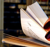 Riffling door een boek royalty-vrije stock foto