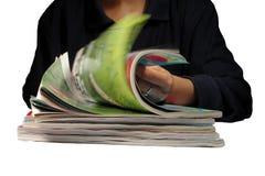 Riffling door tijdschriften royalty-vrije stock foto
