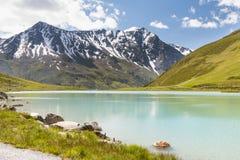 Rifflsee в Австрии с снегом покрыло горы Стоковое Изображение RF