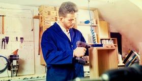 Rifinitura maschio del lavoratore per perforare cassetto immagine stock libera da diritti