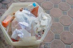 Rifiuti assortiti in un recipiente di plastica con i sacchetti di plastica e della carta che Immagine Stock