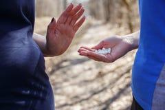 Rifiuti di peso eccessivo della donna per prendere dimagramento delle pillole dal suo amico Fotografia Stock
