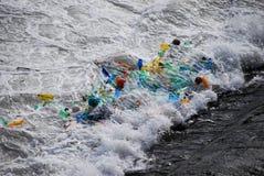 Rifiuti di plastica bloccati ad una cascata 3 Fotografia Stock