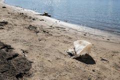 Rifiuti di plastica lungo la linea costiera Inquinamento ambientale fotografia stock libera da diritti
